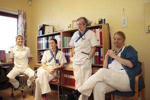 Trivs med jobbet och varandra. Från vänster: fysioterapeuten Jessica Belusa,. distriktssköterskan Marie Tibbling, distriktssköterskan Nagoa Ströberg och läkaren Maria Bryngelsson.