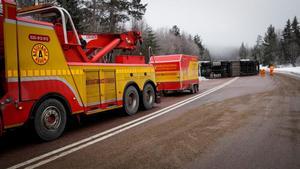 Tung bärgare har kallats in från Falun för att hjälpa till med arbetet efter nattens lastbilsolycka på E4.