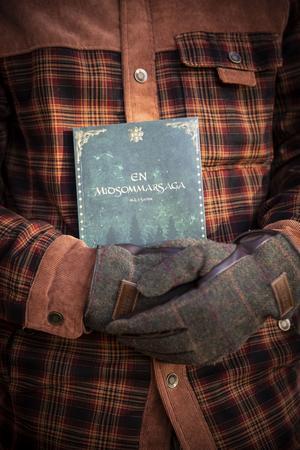 Markus Sahlin håller hårt i lekfullheten, fantasivärldarna och barnasinnet. Omslaget på hans debutroman är formgivet av kompisen Matilda Westberg.