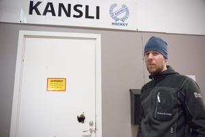 Johan Nordin kom till hallen på nyårsdagens morgon och möttes av den trasiga dörren.