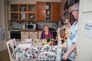 Hulda Källberg, 109 år, bor hemma med hjälp av hemtjänst. Hon blir glad när Gun Nordström, undersköterska, gör besök.