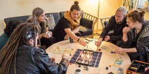 Sanna Vourenmaa (mitten) provspelar ett av spelen som kan bli med på Myskon i Sveg till helgen. Maja Hansson (till höger) är caféansvarig.
