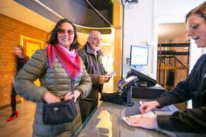 Eva Lund från Folkets Hus sålde biljetter till bland andra till det äkta paret Berit Windelhed och Jörgen Andersson.