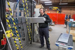 Tomas Markus Wilén arbetar som robotoperatör och programmerarr och förser robotstationen med delar till en portabla ramper för bearbetning.