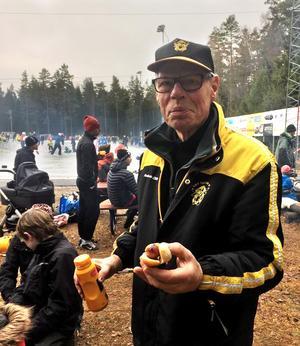 Owe Svensson har varit ordförande i 53 år. Under tiden har han byggt upp den kanske bästa ekonomi som en föreningen i svensk elitbandy kan uppvisa. Bild: Åby/Tjureda