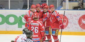 Tambellini var inne på isen vid två av Modos mål, här firar han med kedjekompisarna Karlkvist och Johnson efter den sistnämndes 1–0-mål.