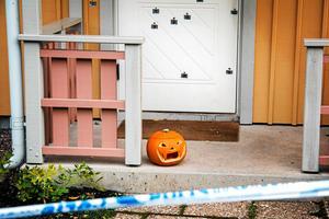 Det var vid 03.20 tiden, natten till lördagen den 28 oktober, som polisen larmades om en skottlossning på Hagaberg. Det visade sig att ett 20-tal skott hade skjutits mot en villa där en polisman och hans familj bor. Ingen av familjemedlemmarna kommer till fysisk skada vid attentatet.
