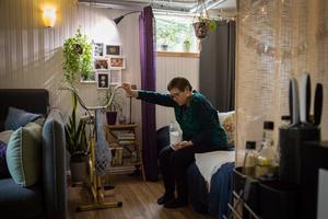 Vid ansträngning får Anna kraftigt pulspåslag. Efter att ha vattnat blommorna i lägenheten måste hon plötsligt sätta sig ner.