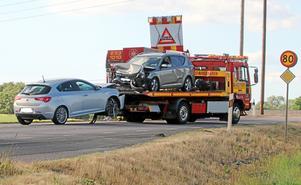 Två personbilar kolliderade i höjd med ridskolan utanför Falköping på vägen mot Skara sent på fredagseftermiddagen.