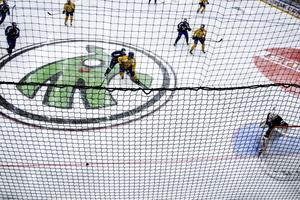 Full fart på isen i Östersund Arena.