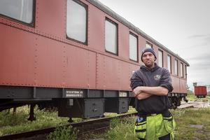 Nils Holhut bredvid vagnen som utsattes för skadegörelse torsdagen veckan innan.