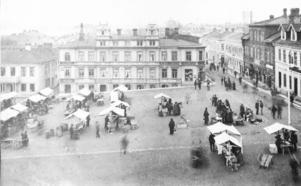 Torghandel på 1880-talet. I bakgrunden Holmberg & Svenssons speceriaffär. I slutet på 1700-talet flyttades Gregoriemarknaden från Frösön till Stortorget och efter det blev Stortorget ett centrum för handeln i Östersund. Men alla var inte glada över en livlig torghandel. Den nybildade handelsföreningen tyckte att torgnasarna inkräktade på de fasta köpmännens verksamhet.