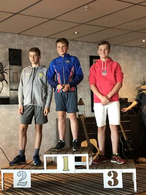 Prispallen under lördagens sprinttävlingar i H14-15, segrare Martin Höiby, OK Landehof, tvåa Harald Eriksson, Dala-Järna IK, trea Nils Danneskog, Sundsvall Biathlon.