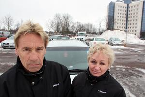 """Lars-Åke och Marina Larsson Tjulander är kritiska mot att bilister måste betala p- böter innan överklagan är avgjord. Polisens prövning dröjer nu upp till ett halvår. """"Trehundra kronor kan vara mycket pengar att ligga ute med. Under tiden vinner staten räntor."""