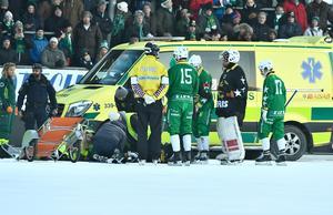 David Pizzoni Elfving hämtades av ambulans efter den kraftfulla smällen mot huvudet. FOTO: Claudio Bresciani/TT
