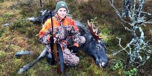 15-åriga Philip Forslars i Valbo tog sin jägarexamen i somras och i veckan fällde han sin första älg. Foto: privat