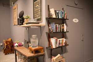 Kaféet är inrett med soffor och bokhyllor med böcker man kan läsa till kaffet.