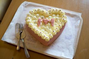 Överlämnandet firades med tårta.