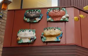 De fyra skulpturerna hänger utanför gallerian, men ingår i konstverket.