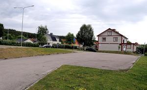 Parkeringen vid riksväg 83 vid infarten till Ånge centrum står allt som oftast öde.