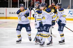 Johannes Kinnvall, längst till vänster, firar efter att ha spelat fram backkollegan Eric Martinsson till 4–0-målet i powerplay. Foto: Bildbyrån