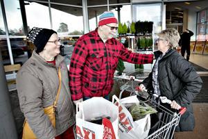 Gunhild Rickardsson och hennes bror Stig Welander träffar kusin Monica Backman på väg in till tisdagsshoppingen.