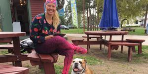 Marit Nordfors med sin engelska bulldog Daisy bjuder ofta in till träffar med hundägare och deras jyckar. Nu kämpar de för en hundrastgård.