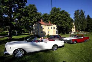 Varje onsdag kommer äldre bilmodeller till herrgården som här syns i bakgrunden. Även motorcyklar dånar in den dagen varje vecka.