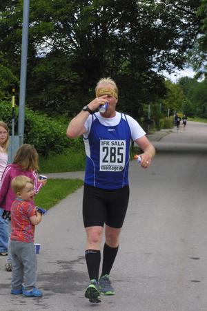 Magnus Jacobsson, IFK Sala, bröt maratonloppet efter knappt 30 kilometer.