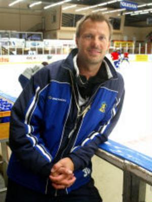 Förväntansfull tränare. Stefan Lindqvist gör sin första hela säsong som ansvarig tränare för Sundsvall Hockey. — Vi ska vara med och slåss underifrån, säger han inför den nya säsongen.