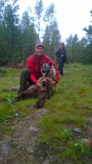 Berne Brenje sköt en björn på 70 kilo redan på premiärdagen av jakten.