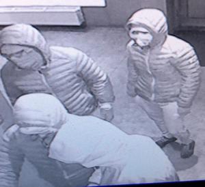 Dessa fyra personer misstänks ligga bakom stöldförsöket och både polisen och solariet efterlyser nu tips från allmänheten. Foto: SunCity:s egna övervakningsbilder.