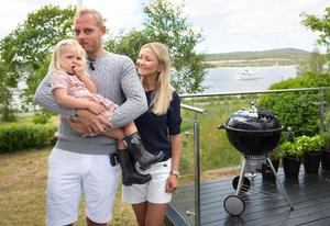 Restaurangbåten Medvind tar en tur förbi Villa Granliden där familjen stortrivs.