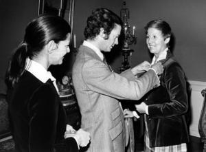Jan Collsiöö/TTFrån vänster drottning Silvia, kung Carl Gustaf och operasångerskan Kjerstin Dellert som tar emot en medalj av kungen. Arkivbild.