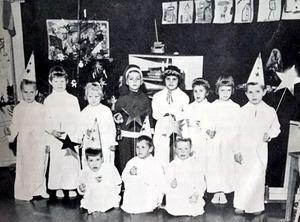 Luciafirande i Kvarntorp 1959. Till höger om tomten i mitten längst bak stor skribenten lngalill Fredriksson. Foto: Privat