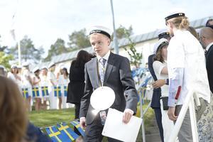 Studentfirande på Skvaderns gymnasium 2019. Filip Paulusson har fått krama om alla sina lärare på vägen nedför trappen.
