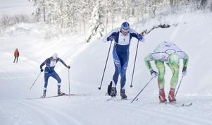 I Främjandebacken, där åkarna kom in på konstsnöspåret för ett avslutande varv innan målgång, saxade Linus Larsson ikapp stakande Robert Eriksson och Peo Svahn. Men på krönet tvingades hemmaåkaren släppa igen.