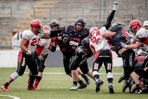 Örebro Black Knights förlorade premiärmatchen mot Carlstad Crusaders.