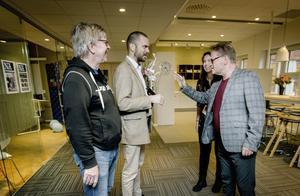 Anders Damberg och Andreas Svensson som arrangerar Folk at heart tillsammans med Cornelia Bjurström tar emot gratulationer från Anders Nilsson, chefredaktör på NA, och Sofia Gustafsson, kulturredaktör.