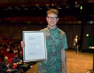 Erik Nylander efter att han tagit emot priset för Årets Rookie. Bild: Jessica Gow / TT /