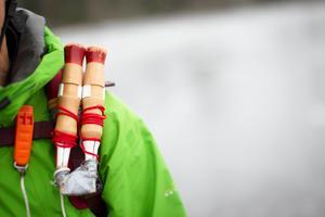 Till grundutrustningen hör isdubbar som behövs för att man ska ta sig upp ur en vak.Bild: Roxanne Nilsson