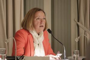 Solveig Oscarsson (S) kommer att varva ordförandeskapet i kommunstyrelsen med Tom Rymoen (M). Som den som varit med längst i fullmäktige öppnade hon också mötet.