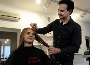Ivan Lukic förbereder Madde Sköld. Det är första gången som hon går visningen för Salong Donna och hon ser verkligen fram emot den.
