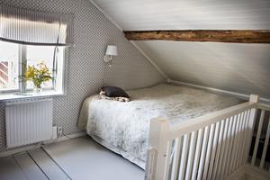 Än så länge sover David och Petra på ovanvåningen. Men när pojkarna kan sova själva ska de flytta ned och sätta upp en extra vägg så Björn och Olof kan få var sitt rum här uppe.