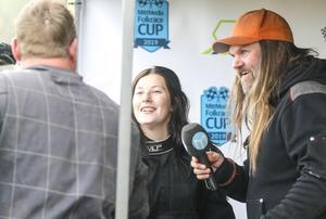 Gunnar Helghe var snabbt framme och gratulerade Maja Gradin till segern.