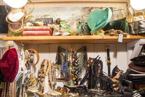 Det märks att Marie är dekoratörsdotter. I hennes secondhandbutik är prylarna vackert uppställda som stilleben.