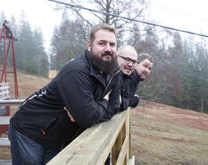 Trion Anderssons (Daniel, David och Dan) rop efter hjälp i november tog skruv. Nu är det fullbemannat vid Fjällbergets pist.