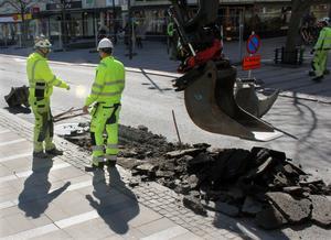 Första gropen på Vasagatan grävdes på måndagen. Sista juni i år ska ny asfalt vara på plats.
