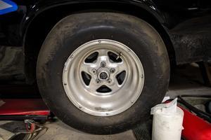 Rejäla däck ger bra fäste när bilen körs med full gas.