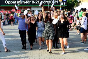 Dansande till musiken gjorde avgångseleverna entré på torget i Ånge.